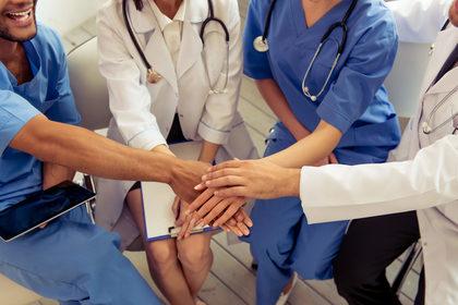 Vaccini e operatori sanitari: l'obbligo non è la sola via
