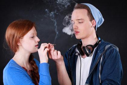 Mio figlio adolescente fuma: come devo comportarmi?