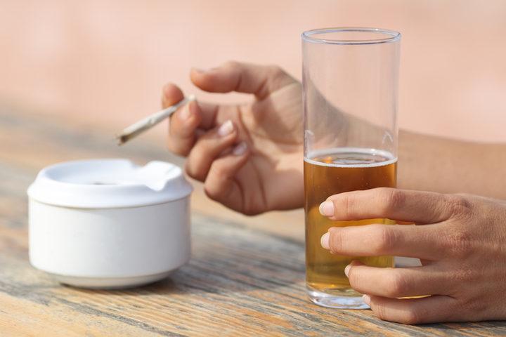 Sono fumatore e consumo spesso alcolici: quali rischi corro?