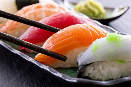 Quali rischi si corrono nel consumare pesce crudo?