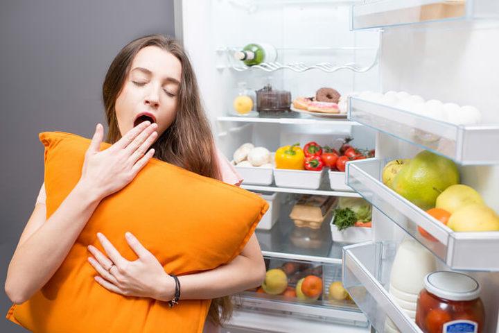 Sonno e dieta: dormire di più per mangiare meglio