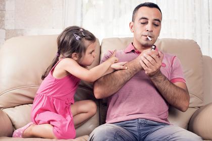I genitori che fumano mettono a rischio il cuore dei bambini