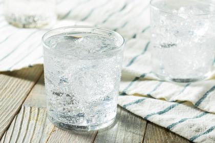 È vero che l'acqua frizzante aiuta a digerire?