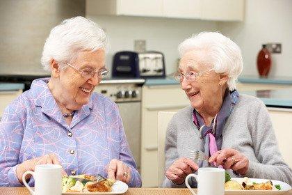 Carboidrati a pranzo e proteine a cena: è vero anche per gli anziani?