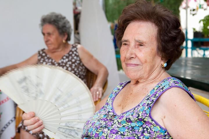 Rischi e rimedi per le calde giornate estive degli anziani