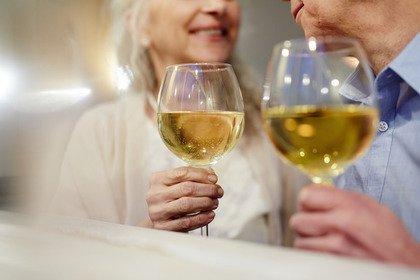 Alcol: 2,7 milioni di anziani ne consuma troppo