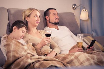 «Ubriacature» più frequenti se i genitori fanno bere alcolici ai figli
