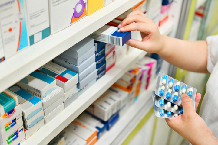 Gli antibiotici possono aumentare (di poco) il rischio di cancro al colon. Usarli con criterio