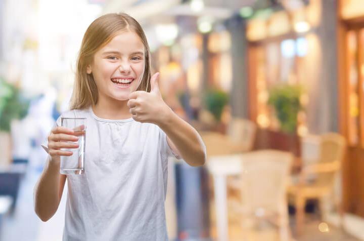 Acqua e latte: ai bambini (fino a 5 anni) non servono altre bevande