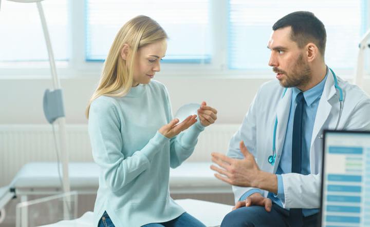 Le protesi al seno e il rischio di tumore. L'allarme è giustificato?