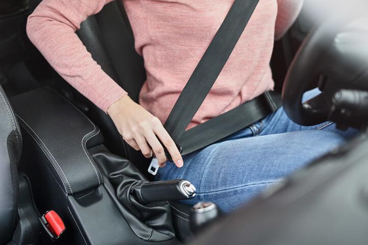 Troppi italiani rinunciano a guidare con la cintura di sicurezza