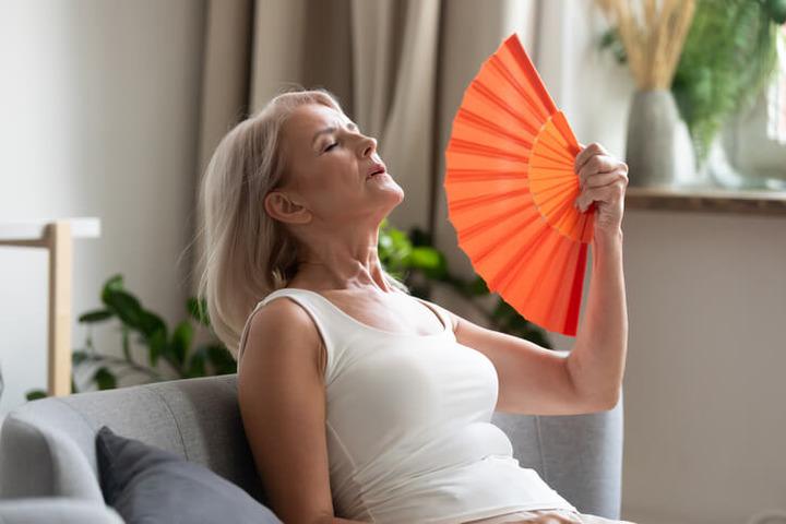 Menopausa: vampate e sudorazioni vanno diritte al cuore
