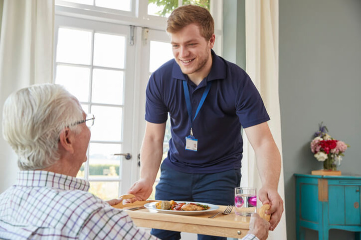 Perché gli anziani mangiano meno (e in modo meno salutare)?