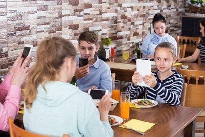 «Phubbing»: lo smartphone interferisce (anche) tra genitori e figli