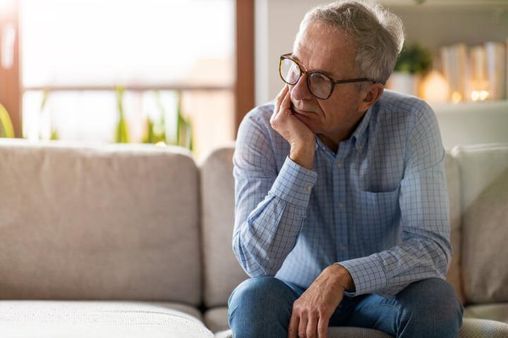 La solitudine nella mezza età prepara la via alla demenza