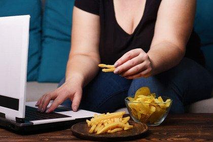 Facebook e Twitter possono scatenare le abbuffate di cibo