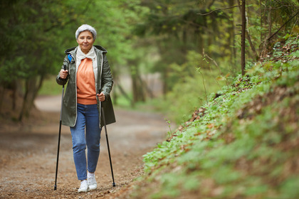 Camminare rallenta il declino cognitivo negli anziani