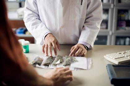 Nausea, vomito e dolore oncologico: poche evidenze supportano l'uso della cannabis