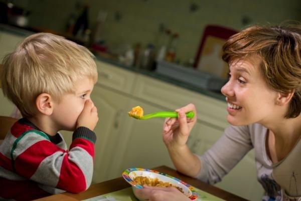 A tavola i genitori siano meno permissivi e più autoritari