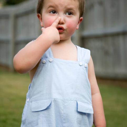 La manovra per togliere oggetti dal naso? Un grande bacio