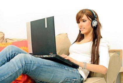 Ascoltare musica ad alto volume tramite le cuffie rende sordi