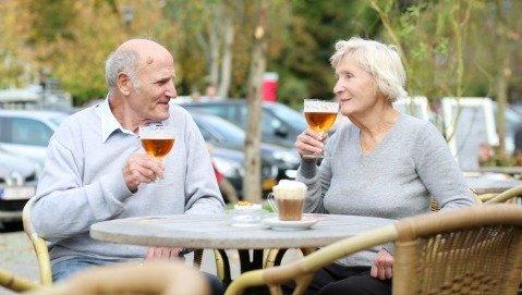 Cosa fare se gli anziani bevono troppo
