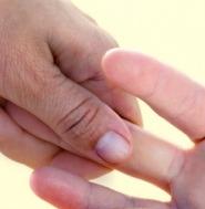 Uno smalto contro le unghie gialle
