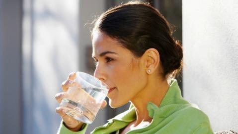 E' vero che bisogna bere 2 litri di acqua al giorno per stare bene?