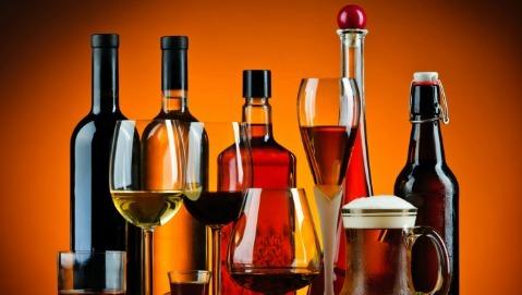 Alcol, consumi in aumento in chi lavora troppo