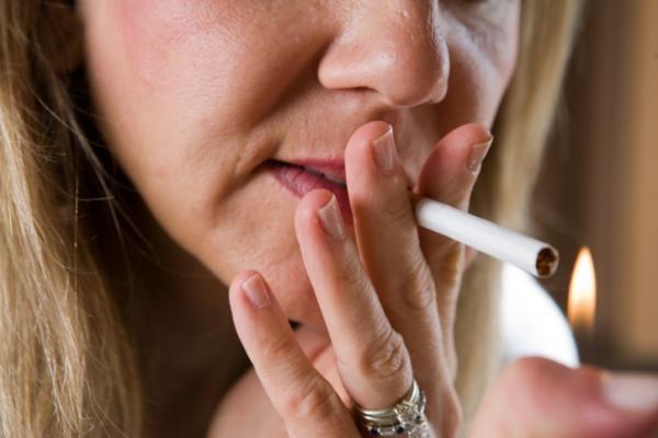 La bellezza che va in fumo e la pelle che invecchia