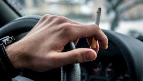 Fumo, immagini shock sui pacchetti e divieti per le auto