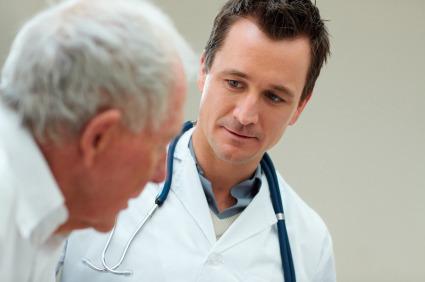 Se il paziente è anziano lo si cura di meno