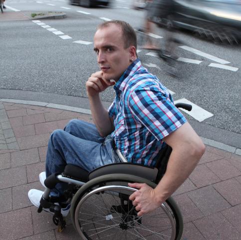 Guidare la sedia a rotelle col cervello
